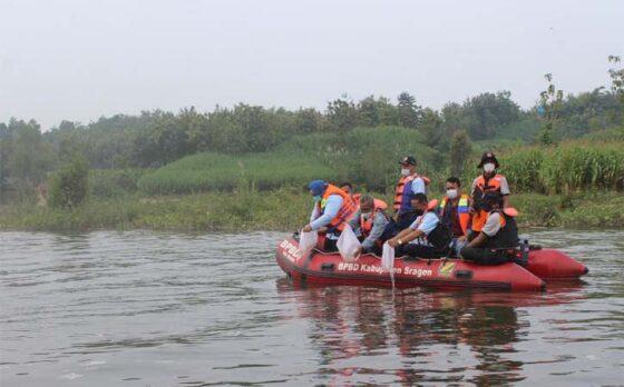 Bupati, Wabup, dan Sekda menebar ikan nila di Embung Pungkruk, Desa Ngepringan, Jenar, Sragen, Sabtu (10/4/2021). (Solopos-Tri Rahayu)