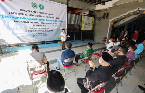 Bupati Ponorogo Sugiri Sancoko melakukan peletakan batu pertama proyek pembangunan face off Jl. HOS Cokroaminoto, Jumat (16/4/2021). (Istimewa/Pemkab Ponorogo)