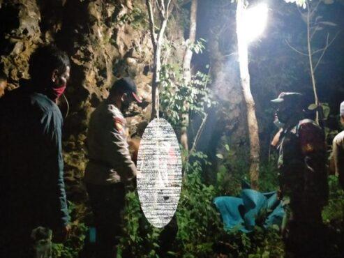 Anggota kepolisian melakukan olah TKP di lokasi bunuh diri warga Dusun Ngelo RT 002/RW 002, Desa Basuhan, Kecamatan Eromoko, Wonogiri, Rabu (21/4/2021). (Istimewa)
