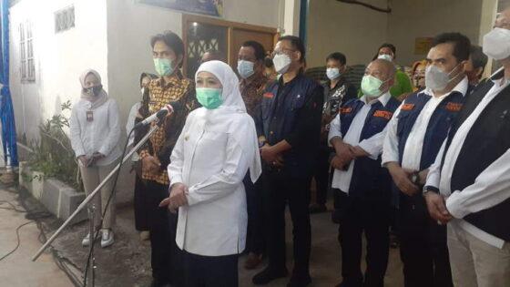 Gubernur Jawa Timur Khofifah Indar Parawansa memberikan keterangan kepada wartawan saat berada di Desa Palur, Kecamatan Kebonsari, Kabupaten Madiun, Senin (5/3/2021) petang. (Solopos.com/Abdul Jalil)