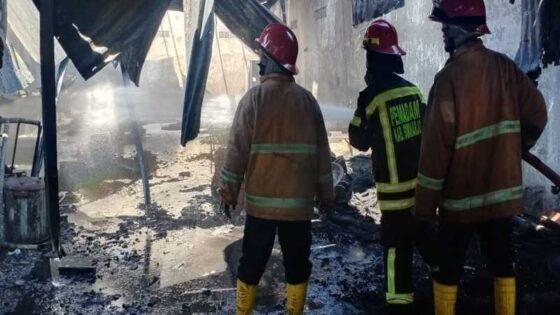 Petugas pemadam kebakaran melakukan pendinginan setelah berhasil memadamkan api yang membakar gudang ban di wilayah Plumbon, Kecamatan Mojolaban, Sukoharjo, Selasa (20/4/2021). (Istimewa/Pemadam Kebakaran Sukoharjo)