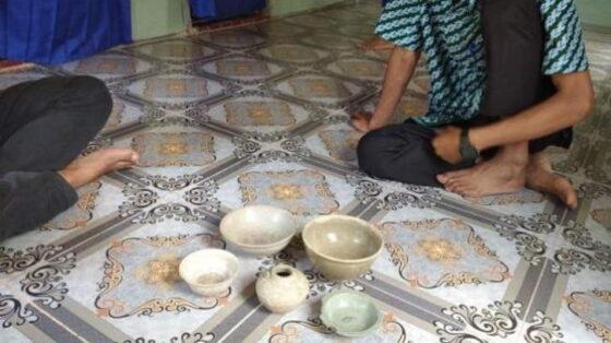 Warga tunjukkan harta karun yang ditemukan di Batubi, Natuna Kamis (15/4/2021) [Batamnews]