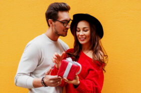 Saat Pasangan Memberi Hadiah, Kenali Lebih Dalam Maknanya