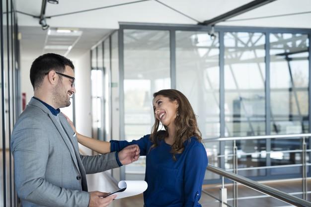 Mengalami Cinlok di Tempat Kerja? Ada Dampak Positifnya Loh