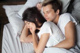 Tak Melulu Berhubungan Seks, Berikut Ini Cara Menjaga Keintiman Suami Istri