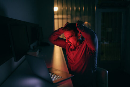Saat mentok dengan pekerjaan, mengumpat bisa jadi memunculkan kreativitas (ilustrasi/Freepik)