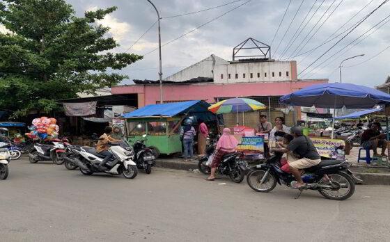 Pedagang musiman takjil berjualan di tepi Jl. Solo - Purwodadi, Tuban, Gondangrejo, Karanganyar Rabu (14/4/2021). (Solopos/Candra Mantovani)