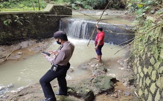 Anggota Polsek Karangpandan dan warga mengecek tempat kejadian perkara anak tenggelam di Sungai Kedung Jumbleng, Kidangan, Karangpandan Sabtu (17/4/2021). (Istimewa/ Polres Karanganyar)