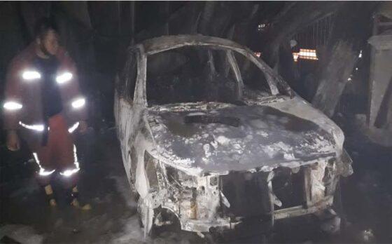 Mobil Toyota Innova hangus dalam kebakaran rumah dan toko grosir pertanian di Dukuh Ngasinan, Gebang, Masaran, Sragen, Rabu (14/4/2021). (Istimewa-Dinas Satpol PP dan Damkar Sragen)