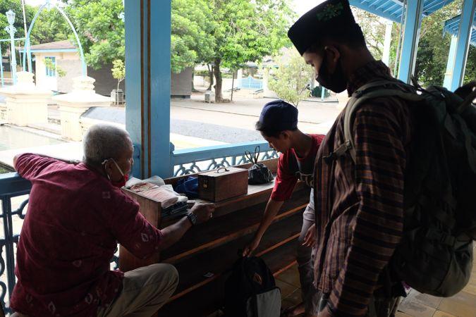 Kisah Penjaga Alas Kaki Masjid Agung Solo Menabung Demi Bisa Naik Haji