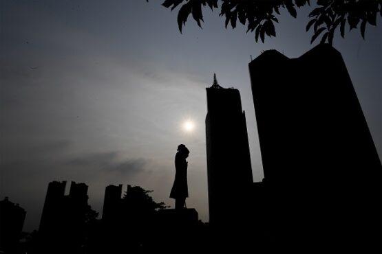Siluet gedung-gedung perkantoran di kawasan Sudirman, Jakarta, Rabu (17/3/2021). Menteri Perencanaan Pembangunan Nasional/Kepala Bappenas Suharso Monoarfa memprediksi laju pertumbuhan ekonomi Indonesia pada 2021 di kisaran 4,2 persen hingga 4,8 persen. (Antara/Hafidz Mubarak A)