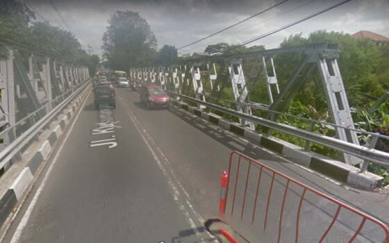 Jembatan Muja muju di depan Kebun Binatang Gembira Loka, Jogja, sebelum diperbaiki. (google map)