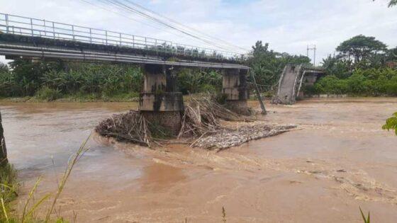 Kondisi jembatan Patihan di Kota Madiun yang putus karena diterjang arus sungai, Jumat (2/4/2021). (Abdul Jalil/Madiunpos.com)