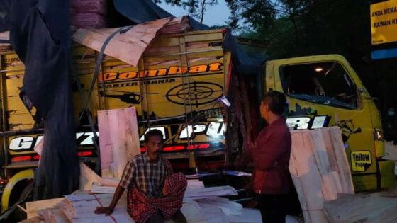 Gagal Menyalip, Bus Sugeng Rahayu Tabrak Truk di Ngawi