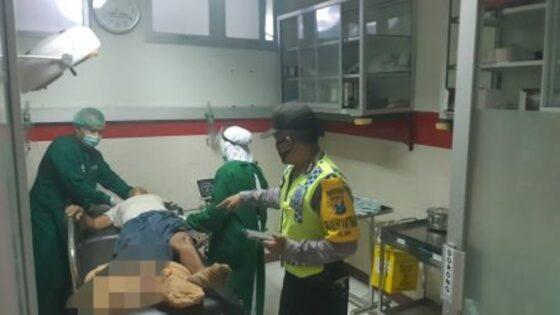 Petugas dari RSUD Ponorogo merawat korban kecelakaan lalu lintas di Jalan Raya Ponorogo-Pacitan, Desa Menggare, Kecamatan Slahung, Ponorogo, Rabu (31/3/2021) pagi. (Istimewa/tribratanewsponorogo.com)