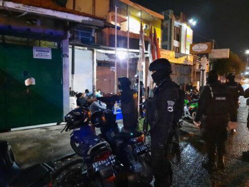 Tim Sparta Sat Sabhara Polresta Solo memeriksa pemilik sepeda motor berknalpot brong di kawasan Laweyan, Solo, pada Minggu (18/4/2021). (Istimewa/Tim Sparta)