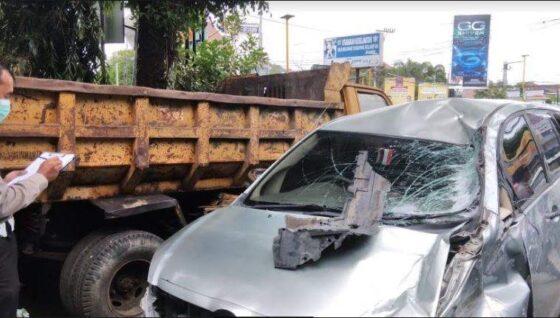 Polisi mendata kendaraan yang terlibat kecelakaan di simpang Jati Kencana, Tegalrejo, Kota Jogja pada Selasa (13/4/2021) pagi. (Harian Jogja/Yosef Leon)