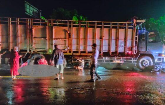 Sukarelawan dari PMI Sragen dan PSC 119 Sukowati mengevakuasi korban kecelakaan di jalan Sragen-Ngawi, Tunjungan, Sambungmacan, Sragen, Kamis (8/4/2021) malam. (Istimewa/Sidiq Nurdyansyah)