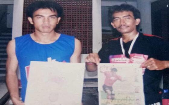 Leo Soputan (kiri) saat membela Persijatim Solo FC bersama Presiden Pasoepati, Mayor Haristanto, di Solo sekitar awal tahun 2000-an. (Istimewa/Mayor Haristanto)