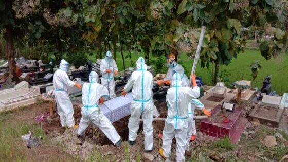 Pemakaman jenazah dengan protokol kesehatan di Kabupaten Wonogiri, Rabu (14/4/2021). (Istimewa)
