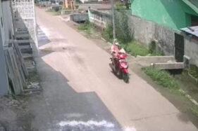 Sambil Gendong Balita, 2 Emak-Emak di Mojokerto Nekat Curi Motor di Siang Bolong