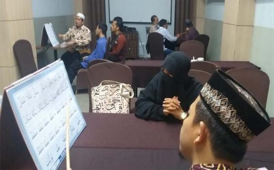 Warga mengikuti bimbingan membaca Alquran di Hotel Grand Tjokro Klaten, Sabtu (10/4/2021), bersama Bimbel Quran Rubaiyat Klaten. (Solopos-Ponco Suseno)