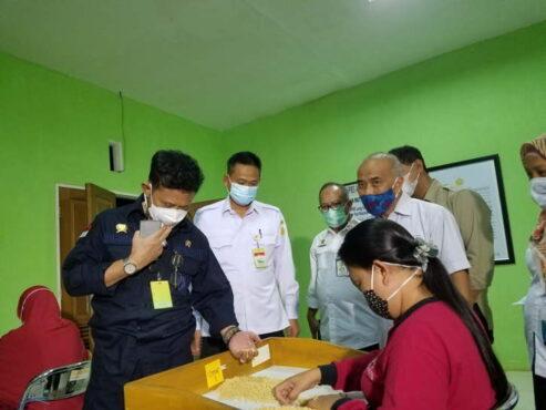 Mentan Syahrul Yasin Limpo (kiri) didampingi Kepala Balitbang Kementan Fadjry Djufry (dua dari kiri) saat meninjau Balai Penelitian Kacang dan Umbi (Balitkabi), Kabupaten Malang, Jawa Timur, Rabu (28/4/2021). (Bisnis Indonesia/Choirul Anam)