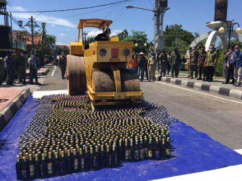 Bupati Bantul Abdul Halim Muslih menyaksikan pemusnahan minuman keras di depan kantor Satpol PP Bantul, Senin (12/4/2021). (Harian Jogja/Jumali)