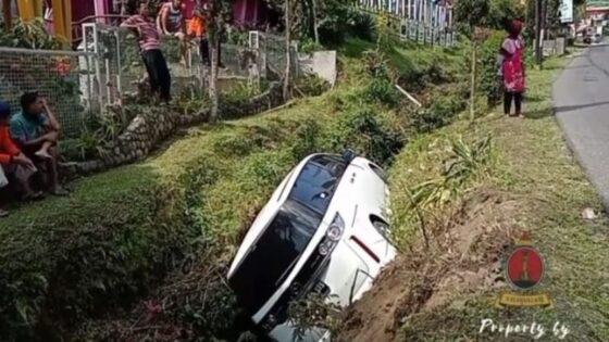 Mobil Mazda Biante yang baru sehari keluar dari diler mengalami kecelakaan di Tawangmangu, Karanganyar, Rabu (21/4/2021). (Instagram @pawartoskartasura)