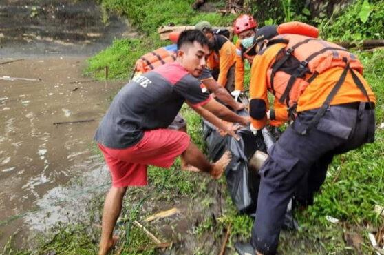 Tim Basarnas Yogyakarta mengevakuasi korban tenggelam di Dam Bendo, Bantul. (istimewa/Basarnas Yogyakarta)