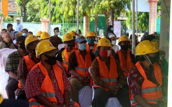 Warga peserta Program Padat Karya Tunai mengikuti peluncuran program itu di Balai Desa Bandung, Ngrampal, Sragen, Selasa (20/4/2021). (Solopos-Tri Rahayu)