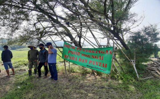 Warga Kalurahan Tirtohargo dan Kalurahan Srigading melakukan Aksi Tolak Tambang Muara Opak di Kawasan Mangrove Baros pada Minggu (18/4/2021).(Catur Dwi Janati/Harian Jogja)