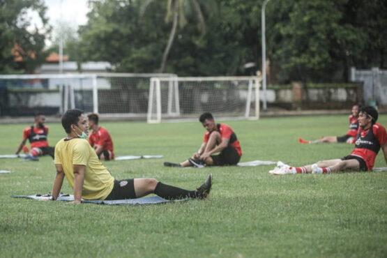 Pelatih fisik Bali United, Rony Azani, mendampingi pemain saat peregangan badan beberapa waktu lalu. (Istimewa/Bali United)