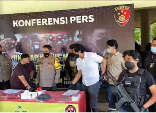 Polrestabes menggelar jumap pers pengungkapan kasus pencurian emas yang dilakukan komplotan asal Sumatra. (Instagram)