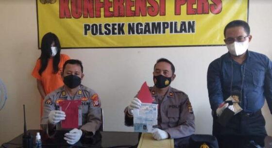 Polisi menunjukkan sejumlah barang bukti dugaan kasus penggelapan yang melibatkan seorang mantan pegawai bank swasta di Mapolsek Ngampilan, Jumat (16/4/2021). (Harian Jogja/Yosef Leon)