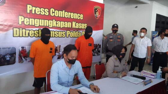 Polisi menangkap pelaku beserta barang bukti penjualan satwa langka, di Polda DIY, Rabu (14/4/2021). (Harian Jogja/Lugas Subarkah)