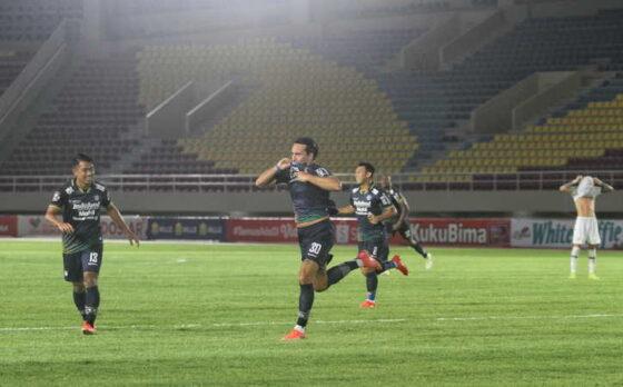 Pemain Persib Bandung, Ezra Harm Ruud Walian (kedua dari kiri), meluapkan kegembiraan setelah mencetak gol ke gawang PSS Sleman pada Leg Kedua Semi Final Piala Menpora 2021 di Stadion Manahan, Solo, Senin (19/4/2021). Pertandingan berakhir imbang 1-1 tersebut membawa Persib Bandung melaju ke babak final Piala Menpora setelah menang agregat 3-2 dari PSS Sleman. (Nicolous Irawan/Solopos)