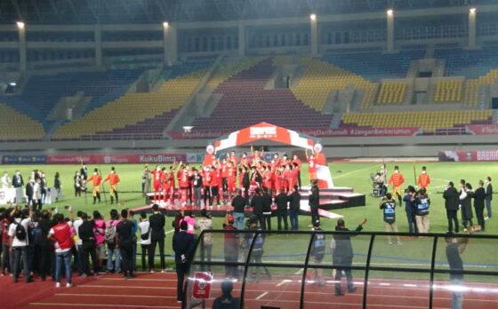 Pemain Persija Jakarta menerima medali juara Piala Menpora 2021 usai mengalahkan Persib Bandung di final dengan agregat 4-1 di Stadion Manahan, Solo, Minggu (25/4/2021). Persija diganjar hadiah Rp2 miliar di ajang tersebut. (Chrisna Caniscara/Solopos)