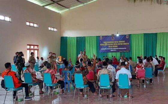 Perwakilan warga Desa Kebak, Jumantono, Karanganyar, mengikuti proses musyawarah mufakat untuk menentukan kades terpilih, Senin (12/4/2021). (Solopos-Sri Sumi Handayani)