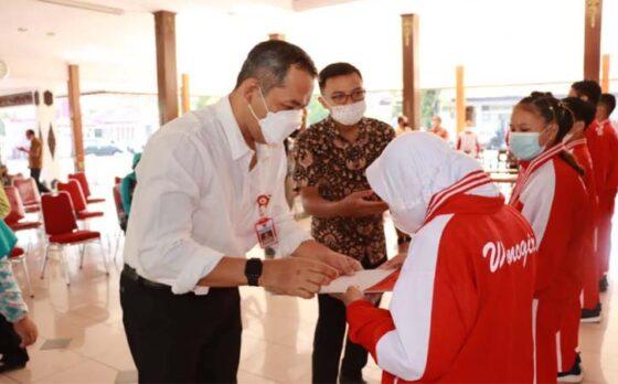 Bupati Wonogiri, Joko Sutopo, menyerahkan tali asih kepada atlet yang menjuarai ajang Pekan Olahraga Daerah (Popda) Virtual Provinsi Jawa Tengah 2021 di Pendapa Rumah Dinas Bupati Wonogiri, Jumat (16/4/2021). (Istimewa-Humas Pemkab Wonogiri)