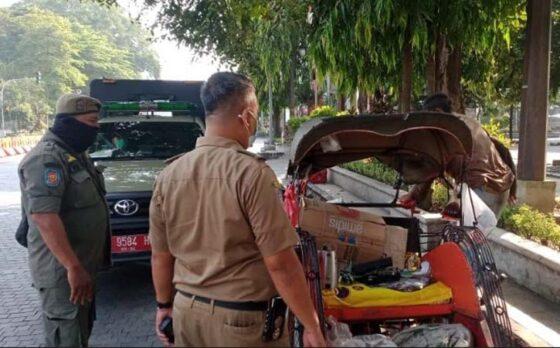 Petugas Satpol PP Solo saat melakukan  razia pengemis gelandangan dan orang terlantar atau PGOT beberapa waktu lalu. (Istimewa/Dok. Satpol PP Solo)