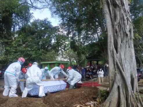 Ilustrasi pemakaman jenazah pasien Covid-19. (Istimewa/MDMC Sragen)  Sukarelawan MDMC Sragen mengubur jenazah yang terkonfirmasi positif corona di TPU Sasono Loyo Putatan, Kroyo, Karang Malang, Sragen, pada Jumat (23/4/2021).