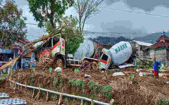 Dua truk molen muatan cor beton terlibat kecelakaan di Jalan Raya Karangpandan-Ngargoyoso tepatnya di Desa Girimulyo, Kecamatan Ngargoyoso pada Senin (19/4/2021). (Solopos.com/Sri Sumi Handayani)