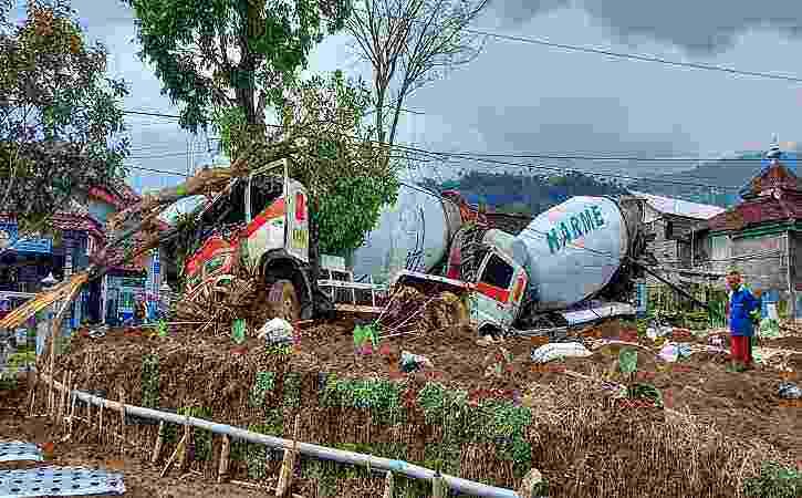 Braaakk! 2 Truk Molen Kecelakaan di Jalan Raya Karangpandan – Ngargoyoso