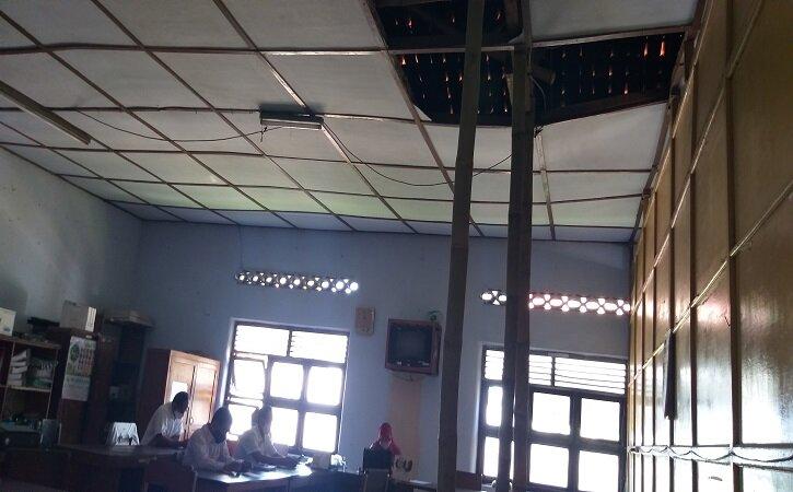 Memprihatinkan, Gedung Kecamatan Tulung Disangga Bambu