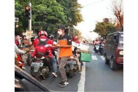 Komunitas Isuzu Panther Solo Bagikan Ratusan Takjil di Bekonang