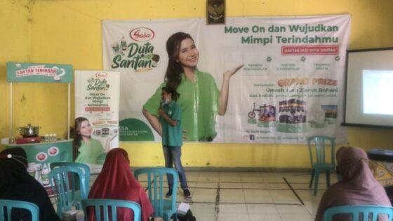 Tim Leader Duta Sasa Santan, Hamid Wijaya, menyosialisasikan cara memasarkan produk Sasa Santan di Gedung Pertemuan, Kecamatan Banjarsari, Solo, Kamis (8/4/2021) siang. (Solopos/Ichsan Kholif Rahman)