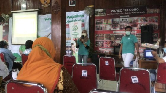 Tim Duta Sasa Santan menyosialisasikan cara menjadi Duta Sasa Santan kepada warga Mojosongo di Kantor Kelurahan Mojosongo, Solo, Jumat (9/4/2021) sore. (Solopos/Ichsan Kholif Rahman)
