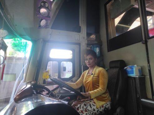 Lina, salah satu sopir bus Agra Mas jurusan Wonogiri-Jabodetabek bersiap berangkat dari pul bus  wilayah Wonogiri, Rabu (21/4/2021). (Solopos/M Aris Munandar)