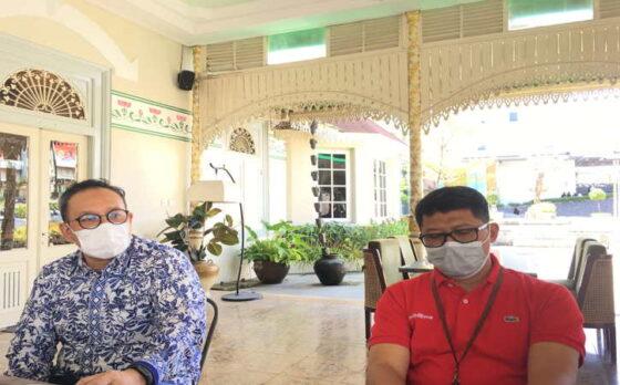 SVP Corporate Communication and Investor Relation Telkom, Ahmad Reza (kiri) dan  General Manager Telkom Witel Solo, Agus Faisal.(Farida Trisnaningtyas/Solopos)